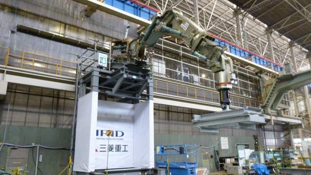 图为三菱重工七米长的机械臂,可承受高达 2000 公斤的处理反作用力。