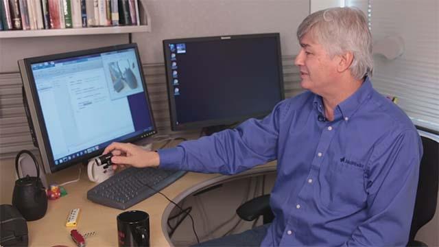 观看关于如何使用 MATLAB<sup>&reg;</sup>、一个简单的网络摄像头和一个深度神经网络来识别周围物体的快速演示。该演示使用 AlexNet,这是针对一百多万张图片进行了预先训练的深度卷积神经网络(CNN 或 ConvNet)。