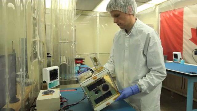 多伦多大学的学生们使用热处理室在太空温度范围内测试纳卫星组件。